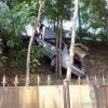 Craiova: Un șofer a cazut cu mașina la 3 m adâncime, într-o curte
