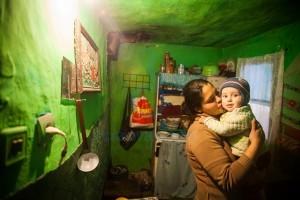 Gabriela si copilul ei - fotografie de Mihai Barbu